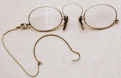 John McAllister abrió la primera óptica en América en Filadelfia en 1783, y hasta la guerra de 1812 importó todas las gafas que vendía en su tienda.